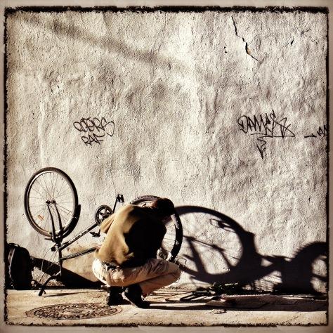 Au lever du matin, le cycliste prépare sa journée à travers monts et vaux